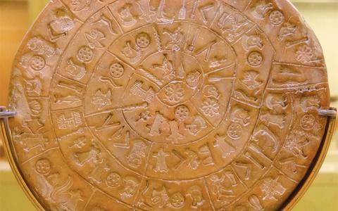 Ο Δίσκος της Φαιστού χρονολογείται πιθανώς στον 17ο αιώνα π.Χ. και έχει κατασκευαστεί από πηλό.
