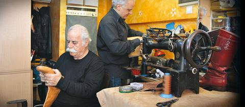 Ο Μανώλης και o Κώστας Καβαλαράκης κατασκευάζουν χειροποίητες κρητικές παραδοσιακές μπότες στον Πειραιά. «Δυστυχώς, έχουμε μείνει λίγοι που κάνουμε αυτήν τη δουλειά. Και όμως, όσο πάει η ζήτηση αυξάνεται», λένε.