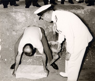 Στιγμιότυπο από την τελετή θεμελίωσης του κτιρίου που πραγματοποιήθηκε στις 17 Ιουνίου 1966. Ο Nαύαρχος Πύρρος Λάππας, Επίτιμος Αρχηγός Γ.Ε.Ν., τοποθετεί τον θεμέλιο λίθο του Μουσείου.