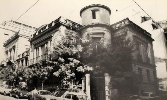 Το 1966, το Μουσείο μεταστεγάζεται σε κτίριο επί των οδών Μπουμπουλίνας και Κουντουριώτου, έως την ολοκλήρωση του κτιρίου στη Μαρίνα Ζέας. Στη φωτογραφία εξωτερική άποψη του κτιρίου.