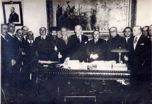 Αναμνηστική φωτογραφία της Ιδρυτικής Συνέλευσης του ΝΜΕ στο γραφείο του τότε Υπουργού Ναυτικών Γερασίμου Βασιλειάδη, 7 Απριλίου 1949.