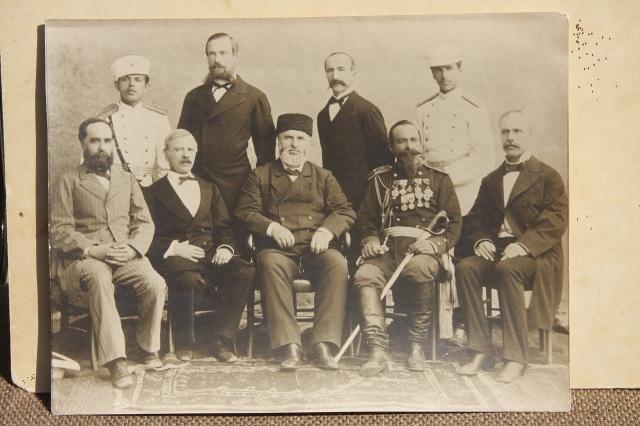 Η Διοίκηση της Ανατολικής Ρωμυλίας. Στο κέντρο καθιστός ο Φαναριώτης Αλέξανδρος Βογορίδης.