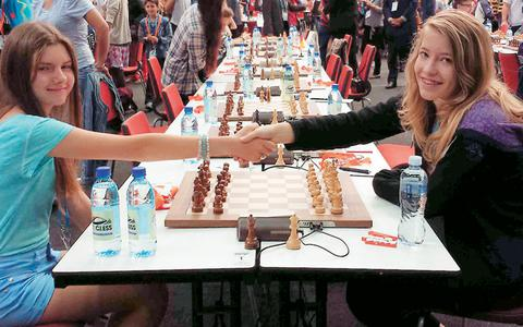 Φωτογραφία από τον τελευταίο αγώνα του Παγκόσμιου Πρωταθλήματος που ολοκληρώθηκε χθες. Η Σταυρούλα Τσολακίδου (δεξιά) με τη Σλοβάκα σκακίστρια Βερόνικα Γκαζίκοβα.