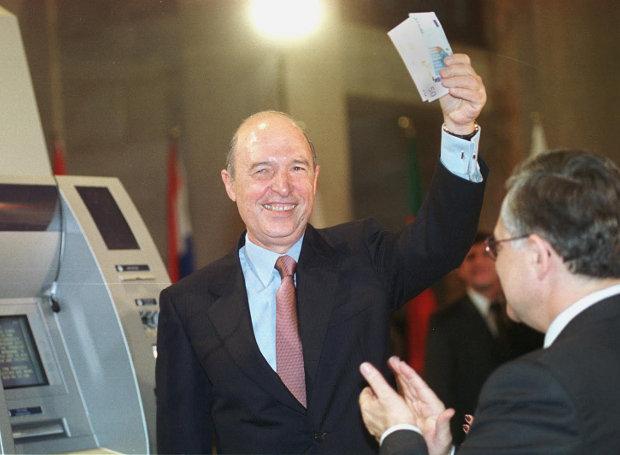Ο Κ. Σημίτης επιδεικνύει τα πρώτα ευρώ