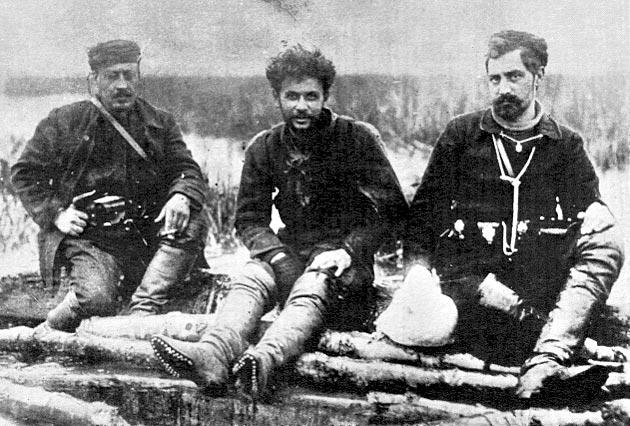 Από αριστερά προς τα δεξιά οι καπεταναίοι - αντάρτες Κάλας (αριστερά), Τέλλος Άγρας (κέντρο) και Νικηφόρος (δεξιά) σε φωτογραφία, στα μέσα του 1906.