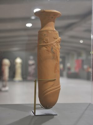 Φαλλόσχημο αγγείο του 1ου αιώνα π.Χ....