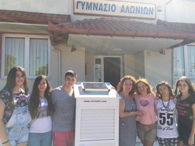 Oι μαθητές του Γυμνασίου Αλωνίων Πιερίας ετοιμάζονται για τον πανευρωπαϊκό διαγωνισμό του Junior Achievement Europe με τον «χαμογελαστό κάδο», το «Smileybin», ο οποίος έχει μέσα ζυγαριά και ανταμείβει τον χρήστη που ανακυκλώνει περισσότερο.