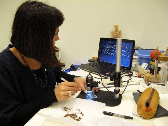 Μελέτη υφάσματος στο εργαστήριο. (φωτ. ΑΠΕ-ΜΠΕ / Στέλλα Σπαντιδάκη).